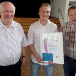 Ein stolzer Tim Feltes mit dem KSB-Vorsitzenden Heinrich Gundlach (links) und Karl-Heinz Röhner, dem Vorsitzenden der Sportjugend des KSB Wesel